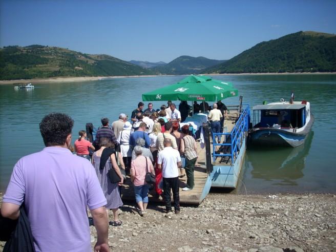 Slika 14, Zlatarsko jezero, ukrcavanje na skelu